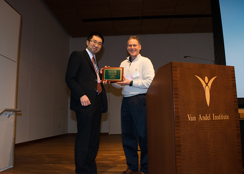 Dr. Kojima accepts his award from Brian Schutte, PhD